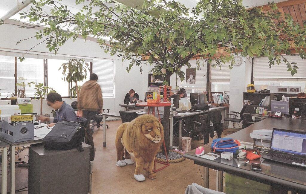 Pluchen dier leeuw als aankleding in kantoor