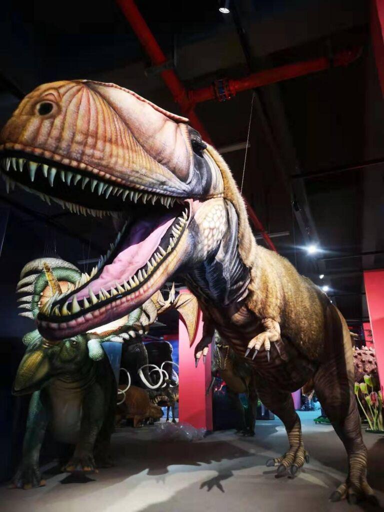 Pluchen dieren in museum dinosaurus bij opgraving Hansa Creation