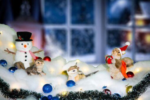 Mooie 3 eekhoorns en een sneeuwman inclusief sneeuw, kerstballen, besneeuwde kerstslinger en kerstverlichting 202102 kopen